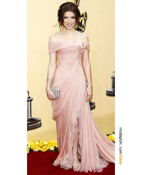 Anna Kendrick, Elie Saab Haute Couture gece elbisesi, Judith Leiber kristal el çantası, Sergio Rossi ayakkabı ve Kwiat elmaslarla...