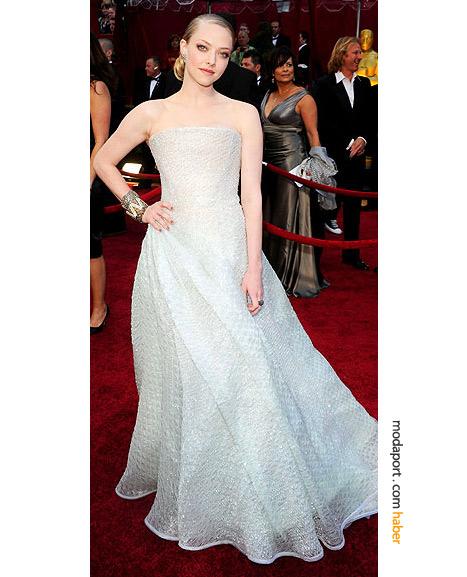 Amanda Seyfried,  Armani Privé gece elbisesi ve Brian Atwood ayakkabılarla..