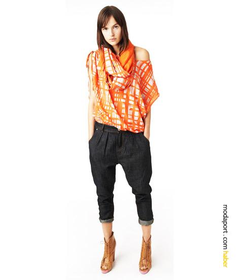 DKNY Jeans'in sokak modasını tüm yaratıcılığıyla yansıtan ipek pamuk bluzu, 2010 modasının önemli trendlerinden kısa şalvar pantolonla..