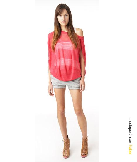 DKNY Jeans'in koleksiyonunda sıkça yer verdiği pembe renkte transparan triko, beyaz atlet ve boyfriend şortun üstüne geçirilmiş..