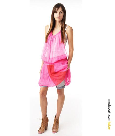 DKNY Jeans'in bu ilkbahar ve yaz için ilham kaynaklarından olan paraşüt kumaşını andıran ince uçucu kumaşlar, bu pembe elbisedeki gibi, herhangi bir kıyafetin üzerine geçirilebiliyor.