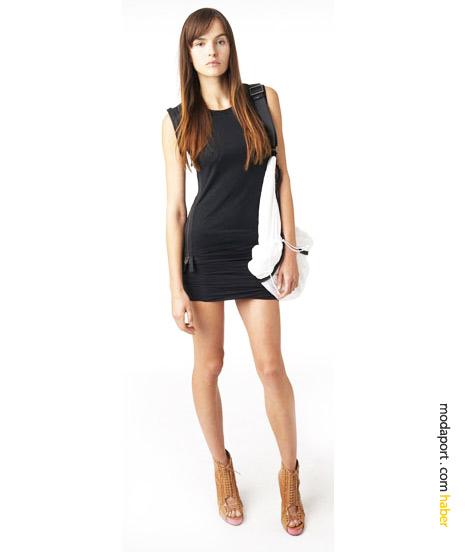 Fermuarlı siyah penye üst, yine pamuklu etekle birleşip bir elbise oluşturmuş. Beyaz hobo çanta naylondan..