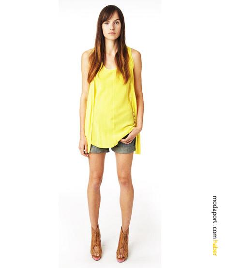 Yaz modası boyfriend şort üzerine giyilen triko detaylı ipekten sarı bluz ve sarı yelek