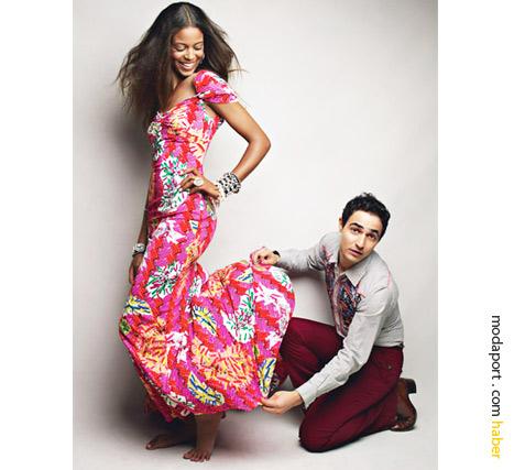 Zac Posen, Target için hazırladığı koleksiyondan bir elbiseyi, modelinin üzerinde düzeltiyor..