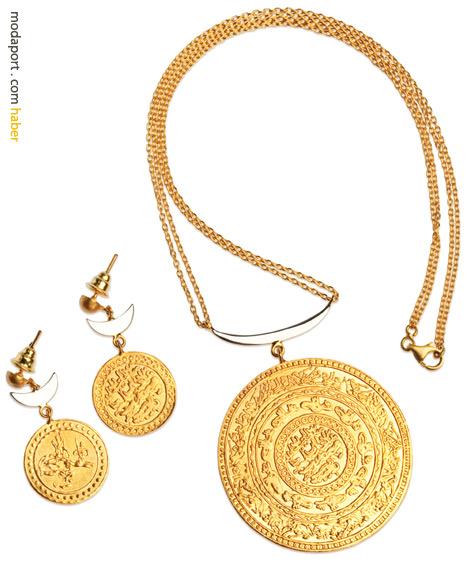 Beyaz altın hilal detaylı kolye ve küpelerden oluşan dev paralı set