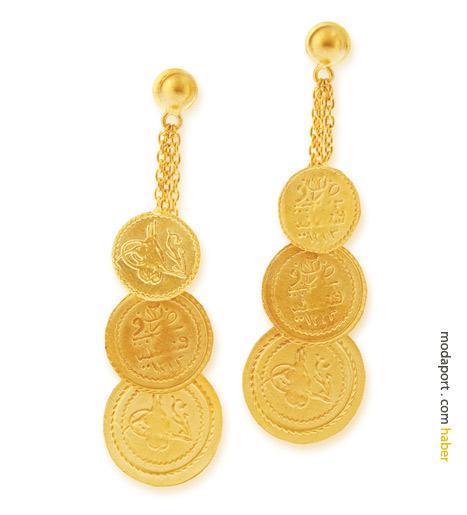 Altalta dizili altın paralardan küpeler