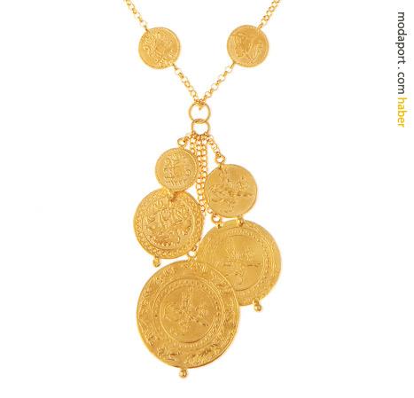 Değişik boyutlarda altın paralardan oluşan kolye
