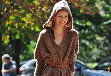 Kapşonlu kazakla oluşturulan farklı bir giyim stili