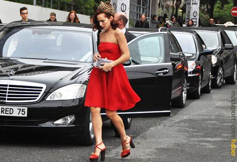 Kırmızı elbise, leopar desenli saç bandıyla..