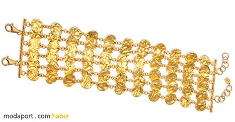Mini altın paralardan bu bileklik, Koçak Allure'nin altın para takılara getirdiği modern yorumu yansıtıyor..