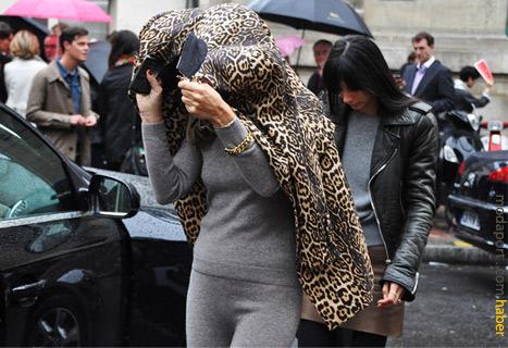 Yün takımın üstünde leopar desenli paltoyla lüks bir stil