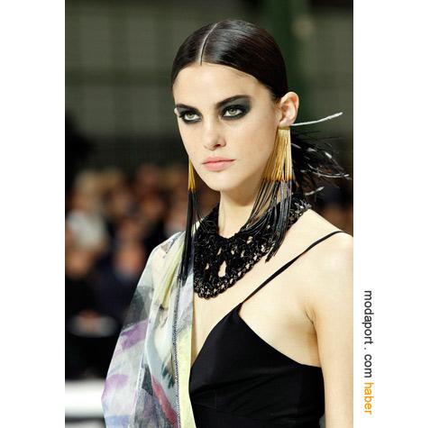 Chanel püsküllü küpeler, gösterişli bir cazibe sunuyor