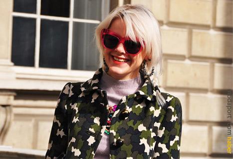 Kamuflaj ceket, gözlükler ve gülümseyişle sevimli bir stil