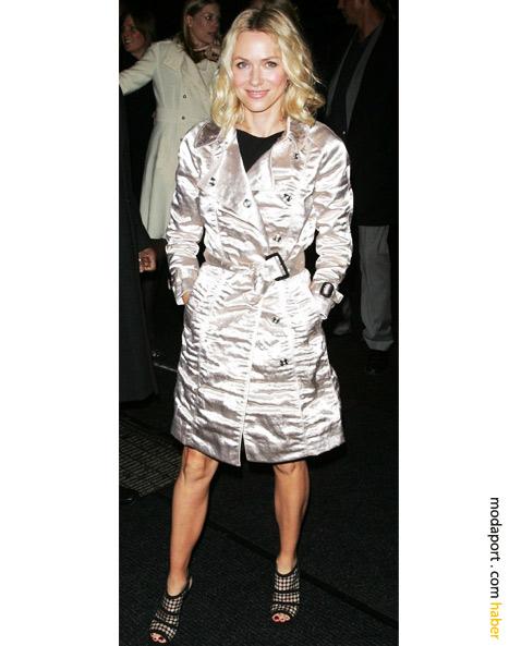 Gece elbisesinin üzerine giydiği parlak trençkotla Naomi Watts