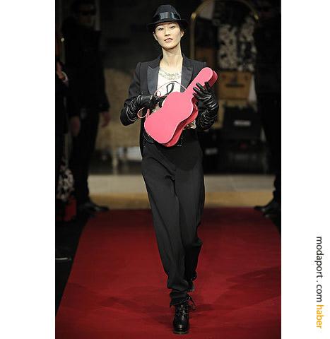 Moschino Cheap & Chic'in smokin modelli bayan takım elbisesi