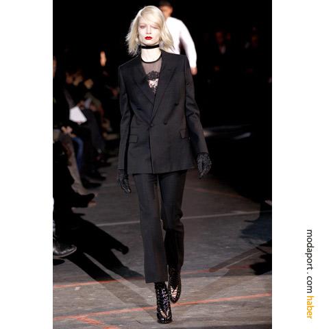 Givenchy'nin bayan pantolon takımında, blazer ceket, dantel ve sigara pantolon gibi sezon trendleri bir arada