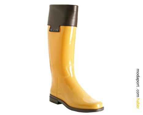 Celine yağmur çizmesinde deri detay kullanılmış