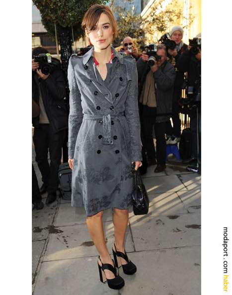 Keira Knightley'in ince desenli Burberry trençkotu