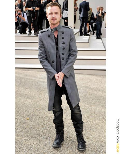 Burberry'in bu özgün erkek trençkot modelini giyen ünlü