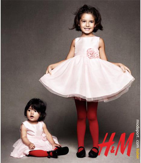 Kız kardeşler. Pembe elbiselerin fiyatı 19,95 TL