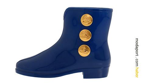 Vivienne Westwood kısa yağmur çizmesinde metal düğmeler var