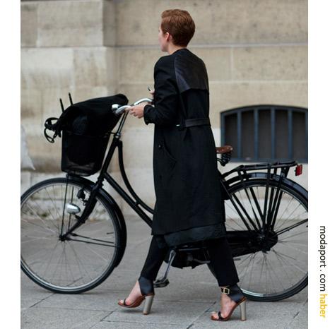 Place Vendôme - Paris sokak modasından: Topuklu ayakkabılar ve bisiklet