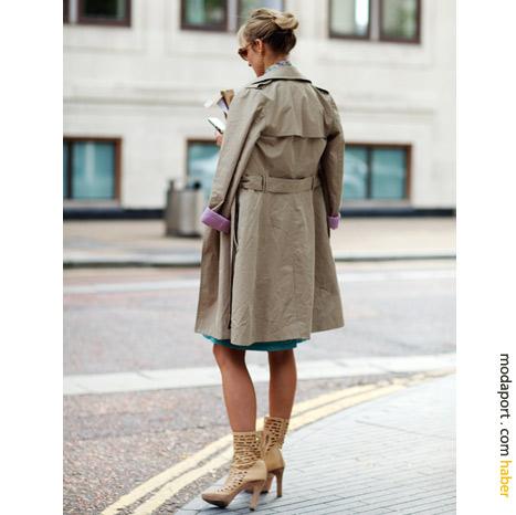 Londra sokak modasından: Trençkot ve kafesli botlar
