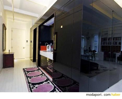Banyoyu çevreleyen siyah duvarlar, süpermodelin ev dekorasyonunun ilgi çekici noktası