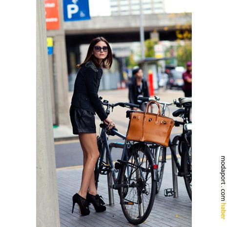Londra sokak modasından: Olivia Palermo bisikletine binerken
