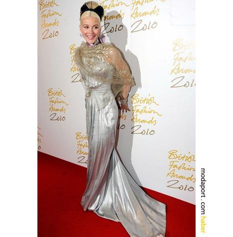Daphne Guiness, metalik gece elbisesiyle