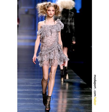 Elbisenin Sonbahar Kış 2010 Dior defilesindeki hali