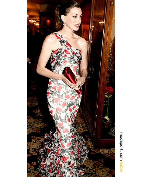 Anne Hathaway, tek askılı gece elbisesi