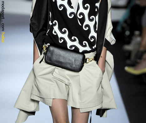 Dianne Von Furstenberg'den zincirli bir kemer çanta modeli