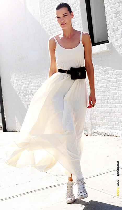 Model Hanneli Mustaparta, vintage kemer çantasıyla..