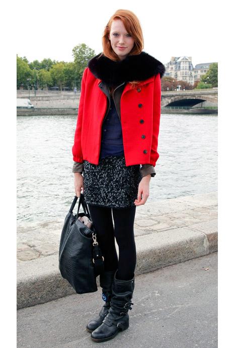 Paris sokak modasından kırmızı ceket