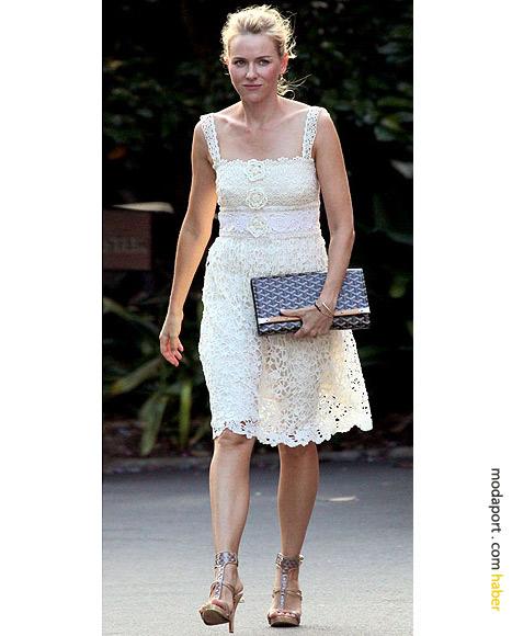 Naomi Watts, beyaz yazlık elbisesiyle..