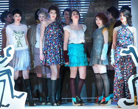 Aslı Güler, Istanbul Fashion Week defilesinde podyumda (sağdan ikinci).
