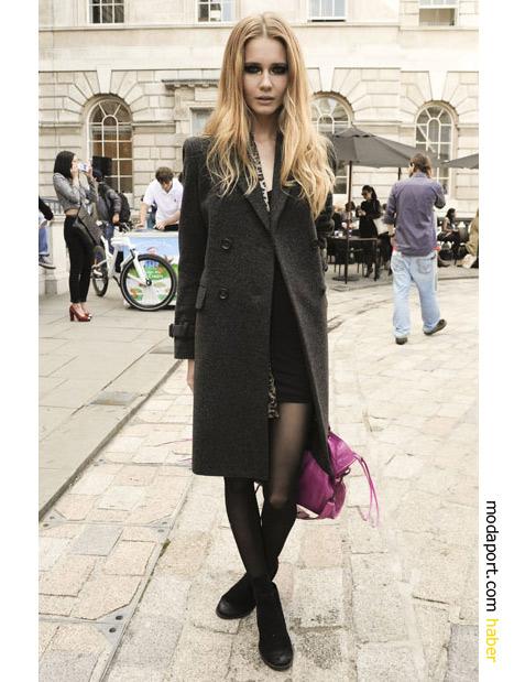 Londra Sokak Modasından pembe çantalı şıklık